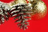 Weihnachtsdekoration, Xtmas Kiefer, rotem Hintergrund — Stockfoto