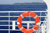 Cruise white boat handrail detail in blue sea — ストック写真