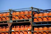 Botellas, bombonas de gas butano color naranja. orange gas rack — Stockfoto
