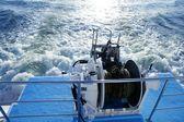 łódź kotwicy wciągarka koło pasowe i liny. śmigło-pianka do mycia — Zdjęcie stockowe