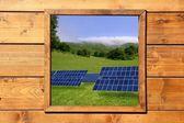 木製の窓太陽電池板草原ビュー — ストック写真