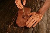 Manos de hombre artista trabajando arcilla roja para artesanía — Foto de Stock