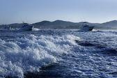 Vissersboot in een groot spel blauwe zomerochtend — Stockfoto