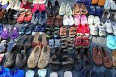 Begagnade skor marknaden mönster rader sekundvisare — Stockfoto