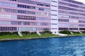 Florida Pompano Beach pink building in waterway — Stok fotoğraf
