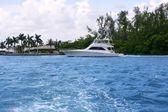 Balıkçılık tekne ile mavi su yolu-florida — Stok fotoğraf