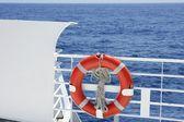 Beyaz tekne küpeşte ayrıntılı olarak mavi deniz cruise — Stok fotoğraf