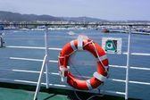 イビサ島の青い海に白いボートの手すりをクルーズします。 — ストック写真