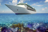 Caribbean reef view med cuise semester båt — Stockfoto