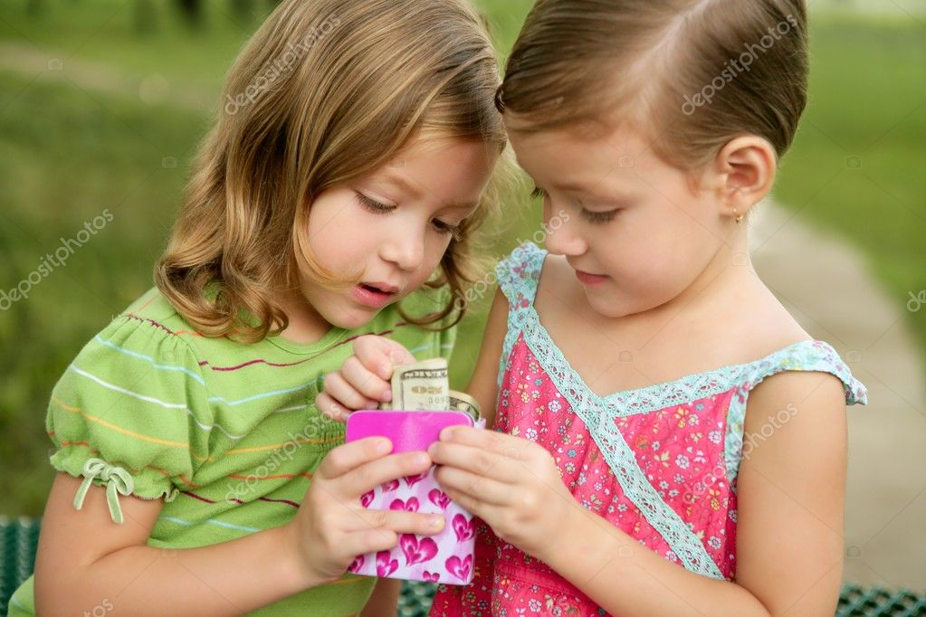 Two little girls find a dollar note inside a pink little box — Stock Photo #5500299