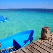 Blue boat in wooden tropical pier in Caribbean — Stock fotografie