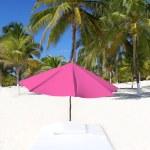 Зонтик пляжа тропических зонтик матрас пальмовые деревья — Стоковое фото