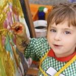artista de la escuela pequeña niña pintura Acuarela retrato — Foto de Stock