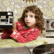Camera retro photo little girl in vintage room — Stockfoto