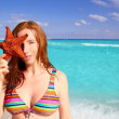 Bikini tourist woman holding starfish tropical beach — Stok fotoğraf