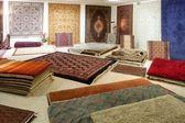 Arabisch teppich shop ausstellung bunte teppiche — Stockfoto