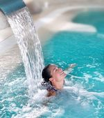 Spa hydrotherapy woman waterfall jet — Stockfoto