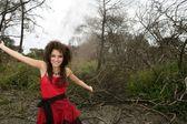 Piękna kobieta, czarna magia na spalony Las — Zdjęcie stockowe