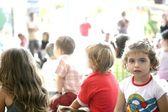 Seyirci çocuk fuarı nda arıyor — Stok fotoğraf