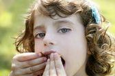 Bedårande liten flicka äta choklad — Stockfoto