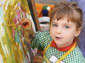 Kunstenaar school weinig meisje schilderij aquarellen portret — Stockfoto