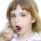 Blond little girl eating ice cream portrait — Stock Photo
