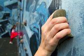 Klättring innehar lärande klättrare i färgglada vägg — Stockfoto