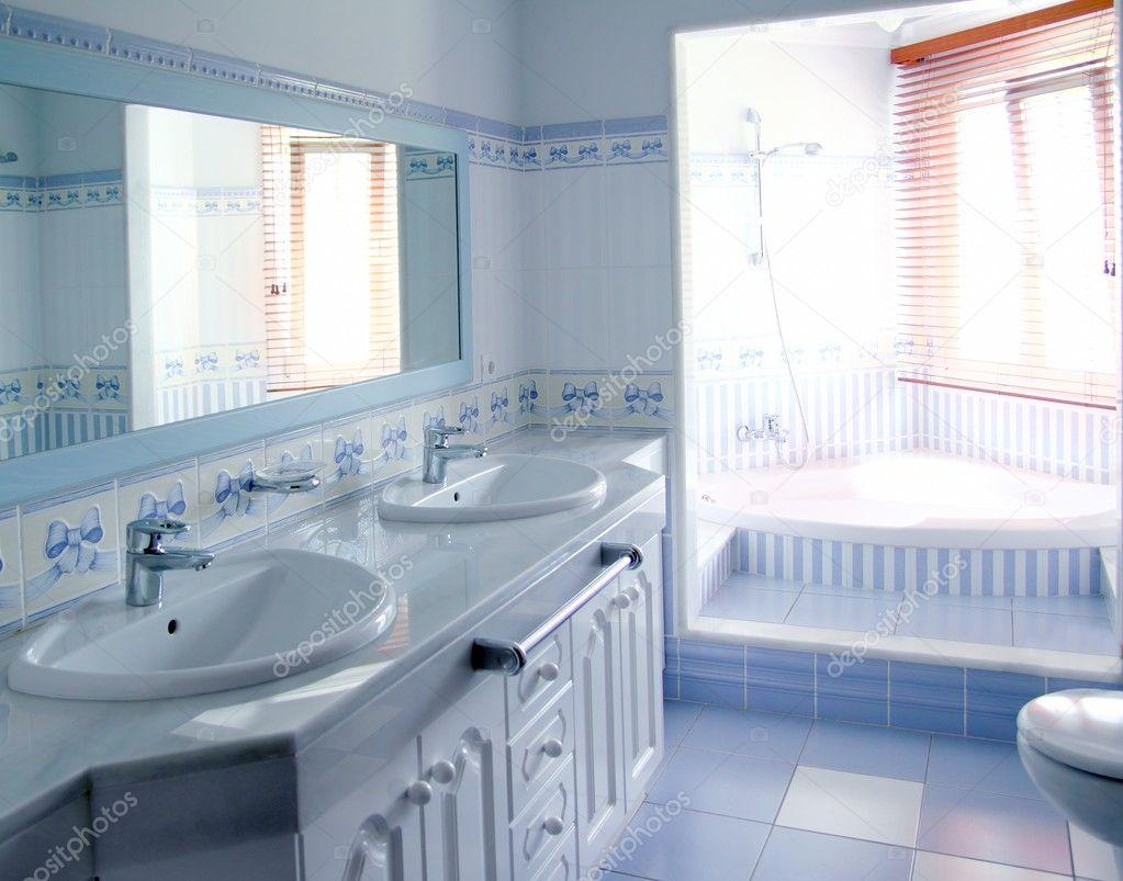 Klassiska blÃ¥ badrum inredning kakel dekoration — stockfotografi ...