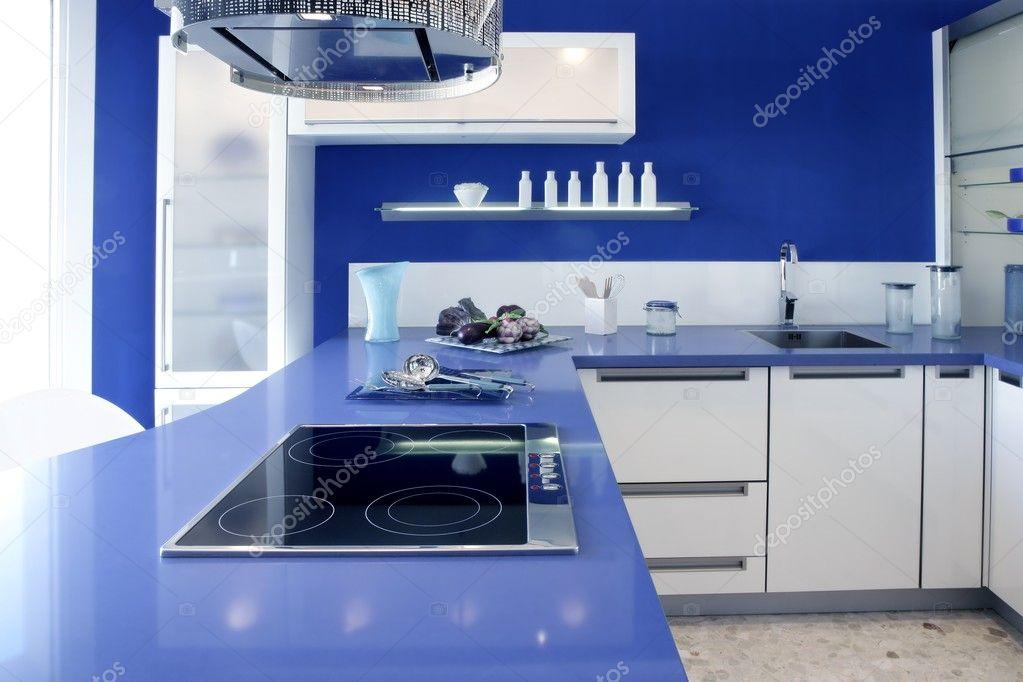 Дизайн кухни бело-синяя