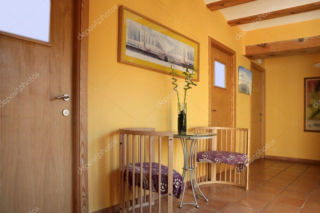 Lobbit corridoio in colore giallo con interni di travi in legno foto stock lunamarina 5511493 - Kleur corridor ...