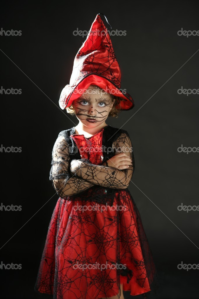 Toddler beautiful witch girl wearing halloween costume and make up — Stok fotoğraf #5512906