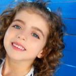enfants petite fille souriante sur mur bleu en bois — Photo