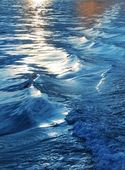 Blue sea water waves sunset from ship wake — Stockfoto