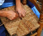 Enea traditional spain reed chair handcraft man hands working — Stock Photo