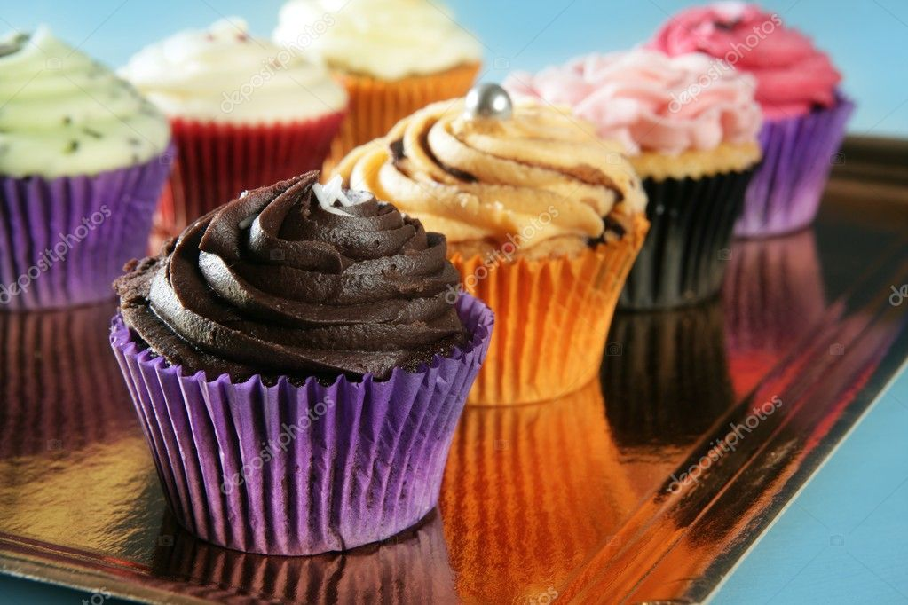 Cupcakes colorful cream muffin arrangement in golden mirror tray  Foto Stock #5567427
