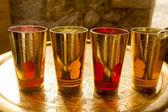 Copos de chá dourado pimenta árabe sobre a bandeja dourada — Foto Stock