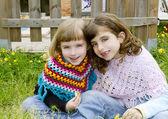 Soeur enfants filles souriant en clôture de prairie printemps — Photo