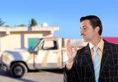 İkinci el araç satış temsilcisi olarak yeni eski araba satış — Stok fotoğraf
