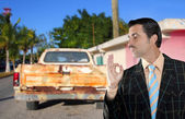 Car used salesperson selling old car as brand new — Stok fotoğraf