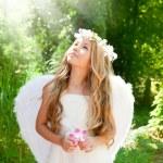 niña de niños Ángel en bosque con flor en mano — Foto de Stock