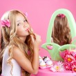 Kinder Mode Puppe kleine Mädchen Lippenstift Make-up rosa Eitelkeit — Stockfoto #6215935