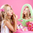 Kinder Mode Puppe kleine Mädchen Lippenstift Make-up rosa Eitelkeit — Stockfoto