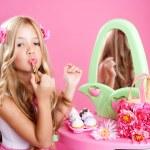 kinderen mode doll weinig meisje lippenstift make-up roze ijdelheid — Stockfoto
