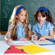 Kids students in classroom helping each other - Stockfoto