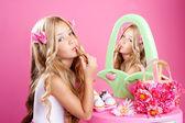 Petit meuble-lavabo de fille rouge à lèvres maquillage rose de poupée de mode enfantine — Photo