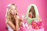 儿童时尚娃娃小女孩口红化妆粉红色虚荣 — 图库照片