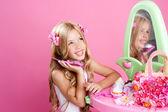 Enfants vêtements poupée blonde fille parler téléphone mobile — Photo