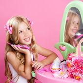 Děti módní panenka blonďatá dívka mluví mobilní telefon — Stock fotografie