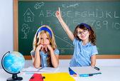 Smart nörd student tjej i klassrummet höja handen — Stockfoto