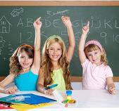 Grupo de crianças inteligente aluno em sala de aula de escola — Foto Stock